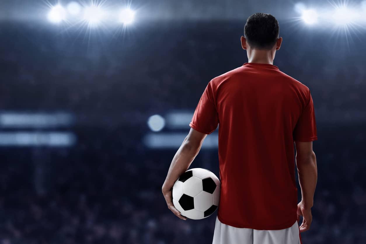 Time do técnico Zidane é visto como azarão no confronto de estreia na França